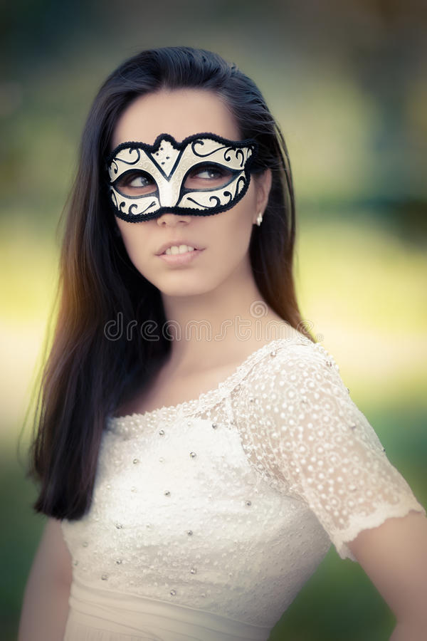 Młoda Kobieta w biel Smokingowej Jest ubranym masce zdjęcie royalty free