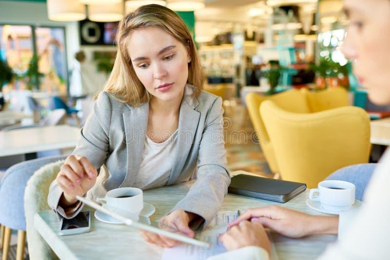 Młoda kobieta w biznesowym spotkaniu zdjęcia royalty free