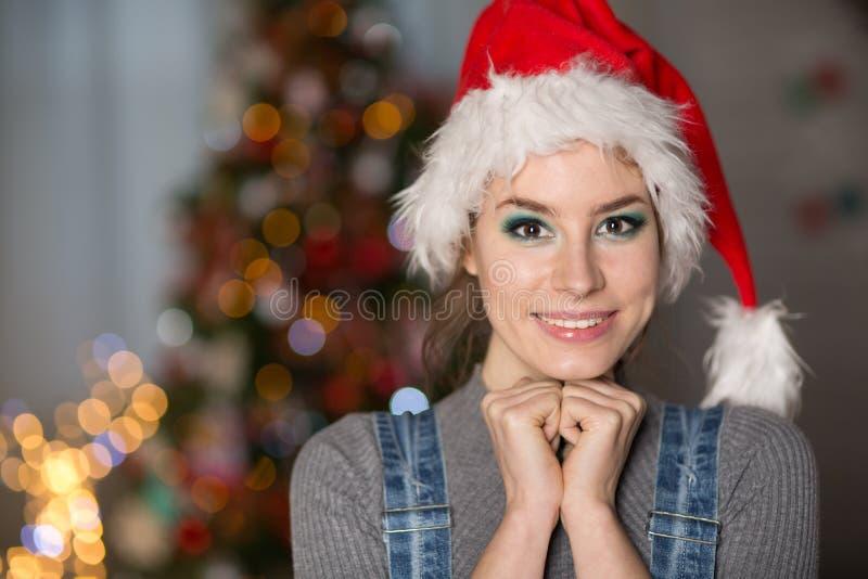 Młoda kobieta w Bożenarodzeniowym kapeluszu fotografia royalty free