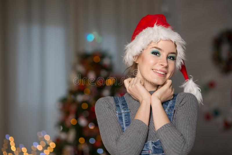 Młoda kobieta w Bożenarodzeniowym kapeluszu obraz stock
