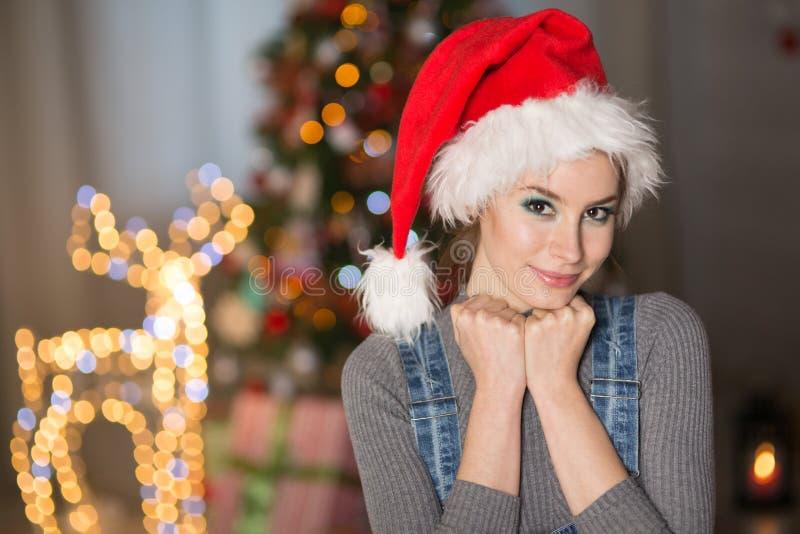 Młoda kobieta w Bożenarodzeniowym kapeluszu obrazy royalty free
