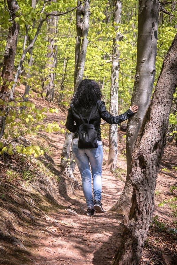 Młoda kobieta w czarnej skórzanej kurtce i przypadkowej odzieży obraz stock