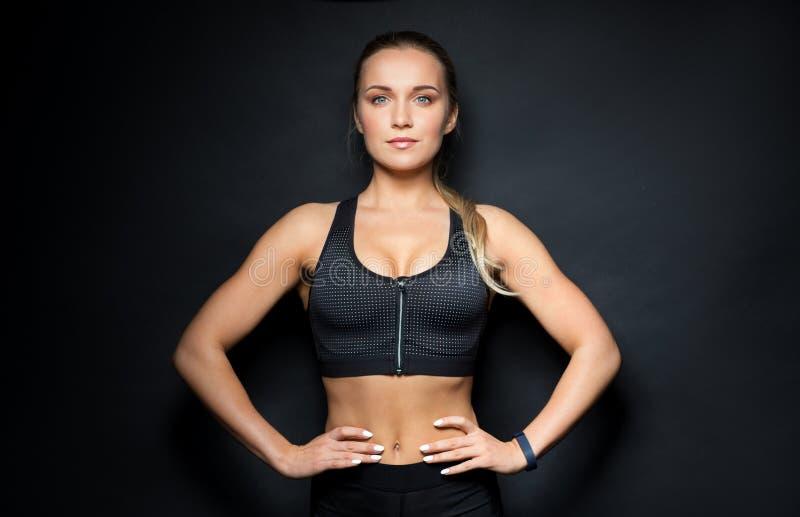 Młoda kobieta w czarny sportswear pozować obrazy royalty free