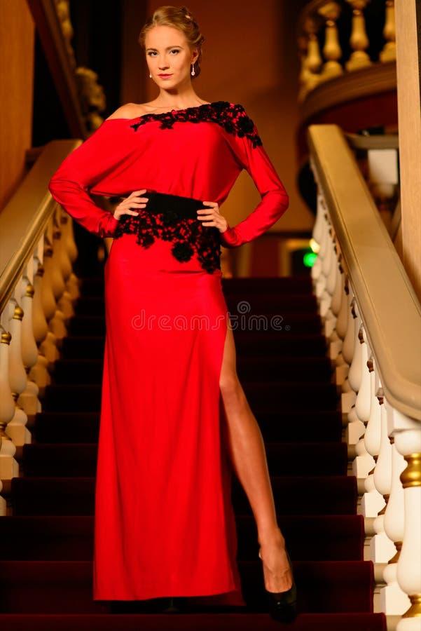 Młoda kobieta w długiej wieczór sukni obrazy stock