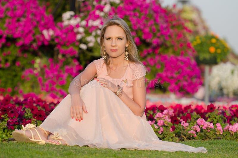 Młoda kobieta w Dubaj cudu ogródzie zdjęcie royalty free