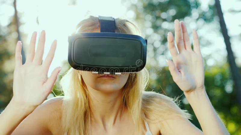 Młoda kobieta w hełmie rzeczywistość wirtualna Wzruszająca niewidzialna ściana zdjęcie stock