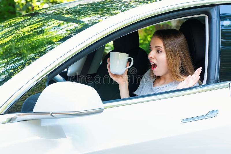 Młoda kobieta w jaźń napędowym samochodzie obrazy royalty free