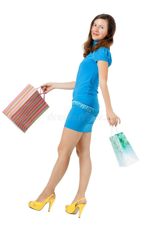Młoda kobieta w jaskrawym odzieżowym zakupy zdjęcie stock