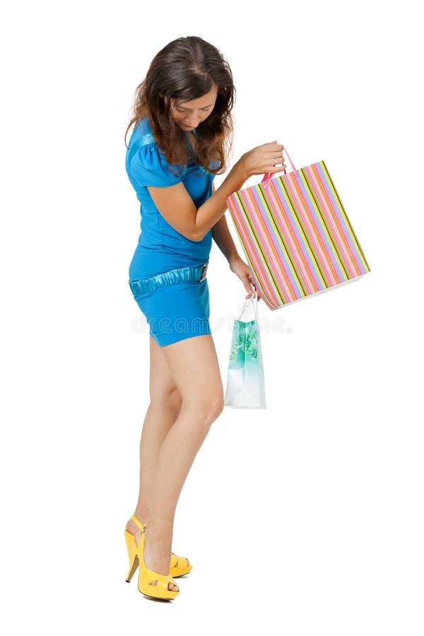 Młoda kobieta w jaskrawym odzieżowym zakupy fotografia royalty free