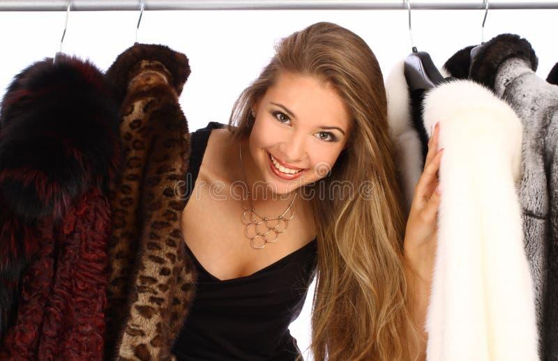 Młoda kobieta w jej przebieralni zdjęcia stock