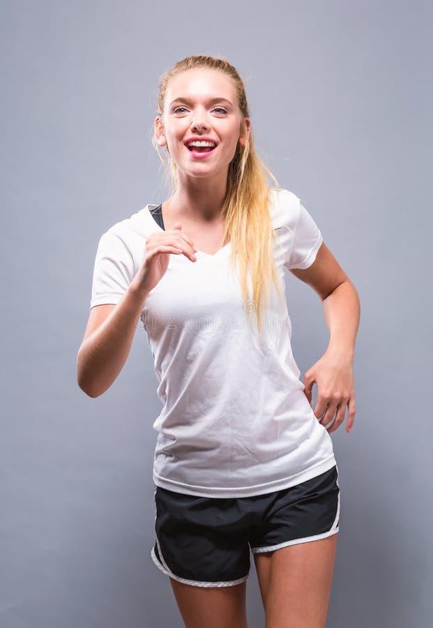 Młoda kobieta w jogging na stałym tle obrazy royalty free