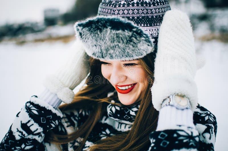 Młoda kobieta w kapeluszu i mitynkach zdjęcia royalty free