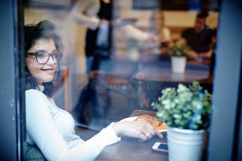 Młoda kobieta w kawiarni zdjęcie royalty free