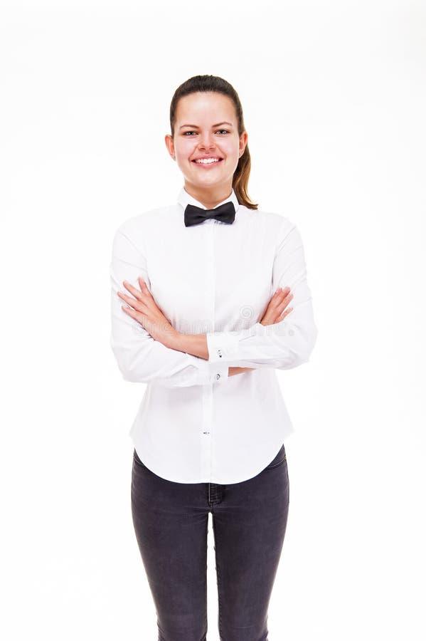 Młoda kobieta w kelnera mundurze odizolowywającym z krzyżować rękami, smilin fotografia royalty free