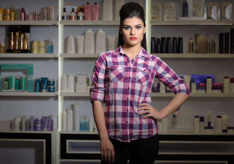Młoda kobieta w kosmetyka sklepie fotografia stock