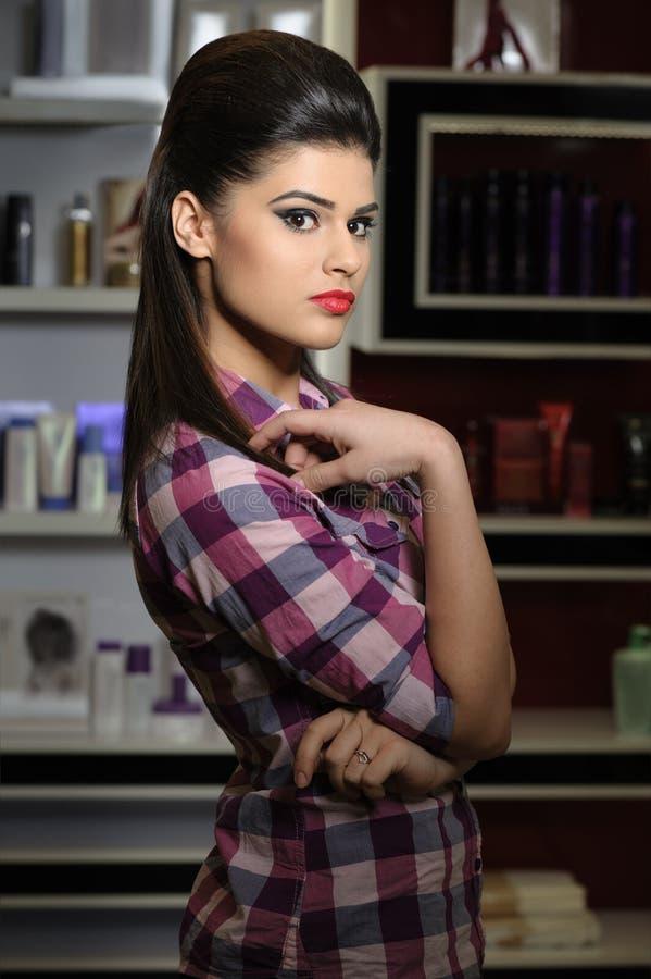 Młoda kobieta w kosmetyka sklepie obraz royalty free
