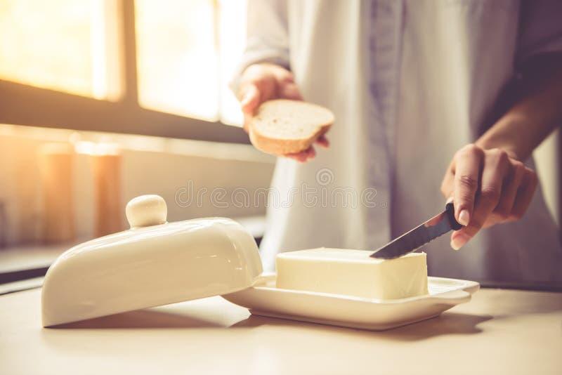 Młoda kobieta w kuchni obraz stock