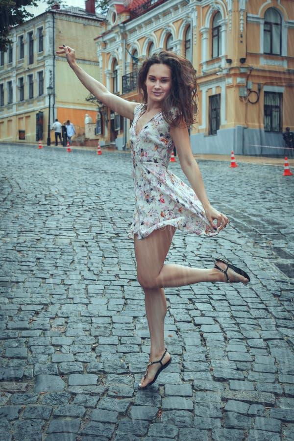 Młoda kobieta w lato deszczu zdjęcie royalty free