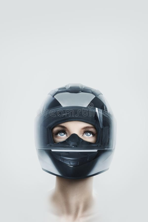 Młoda kobieta w motocyklu hełmie zdjęcie stock