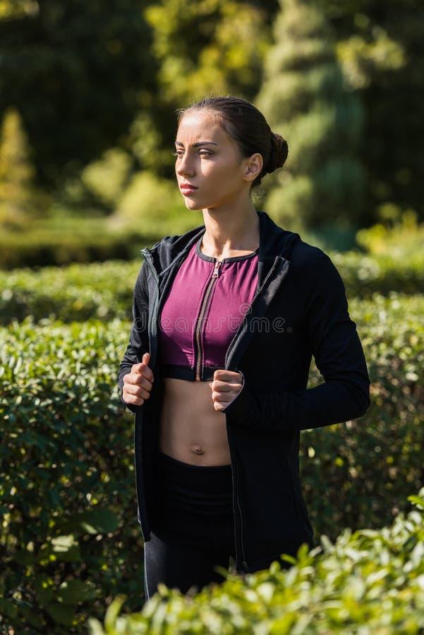 młoda kobieta w nowożytnym sportswear odprowadzeniu obrazy stock