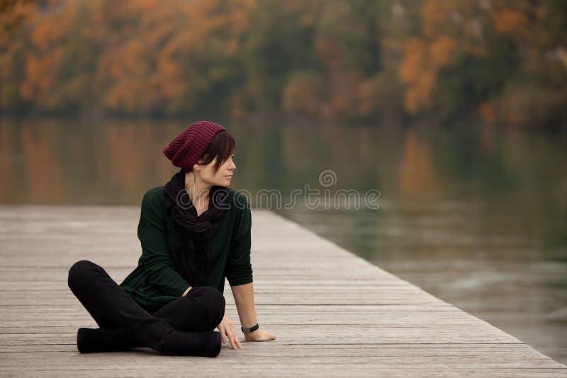 Młoda kobieta w parku obraz stock