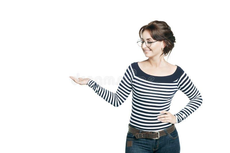 Młoda kobieta w pasiastej ciasnej bluzce i round szkłach stoi skromnie obrazy stock