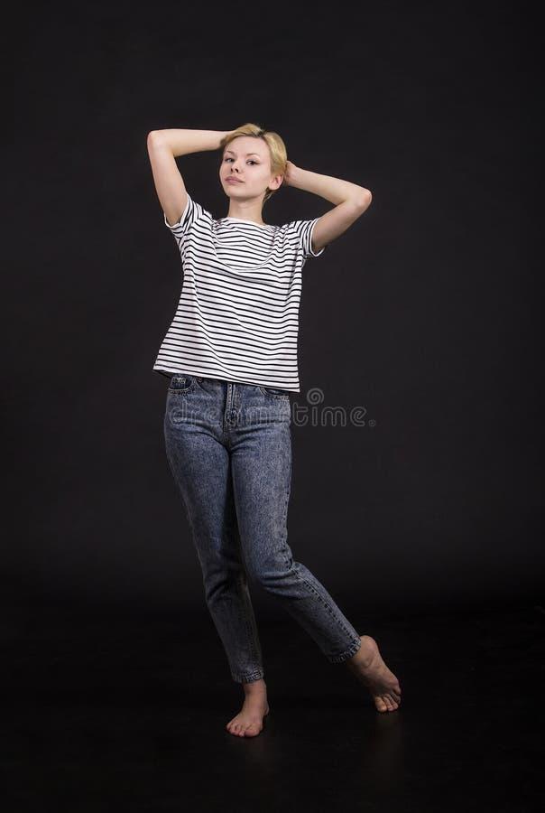 Młoda kobieta w pasiastej trójnik koszula obraz royalty free