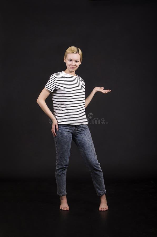 Młoda kobieta w pasiastej trójnik koszula zdjęcia stock