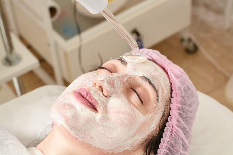 Młoda kobieta w piękno salonie robi odmłodnieć, tonuje procedurę darsonval na twarzy zdjęcia stock