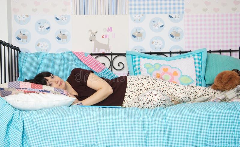 Download Młoda kobieta w piżamach obraz stock. Obraz złożonej z kobieta - 28957735