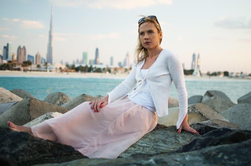 Młoda kobieta w plaży Dubaj (UAE) obraz stock