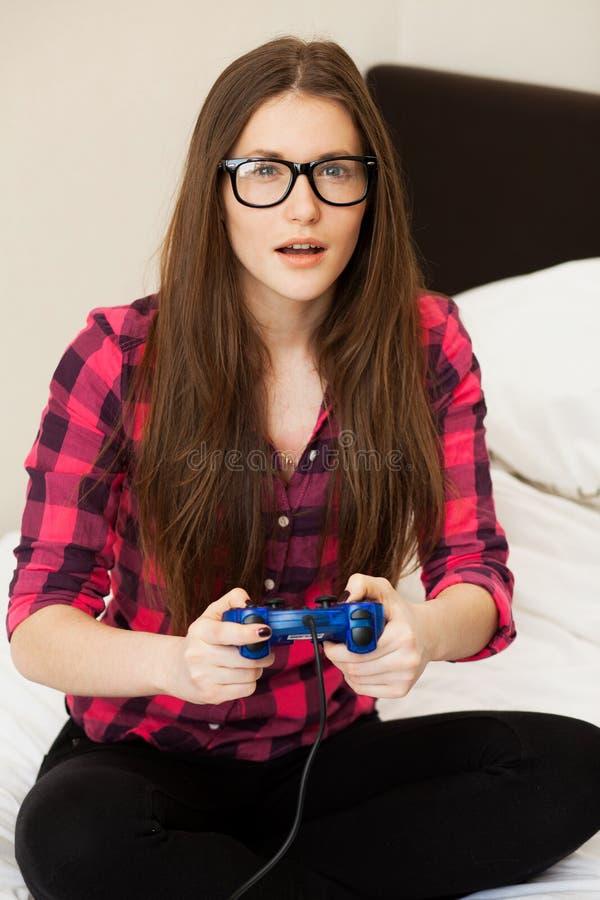 Młoda kobieta w przypadkowym bawić się gra wideo obrazy royalty free