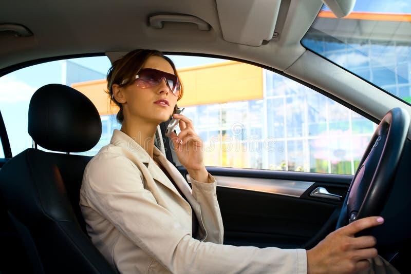 Młoda kobieta w samochodzie (1) zdjęcia stock