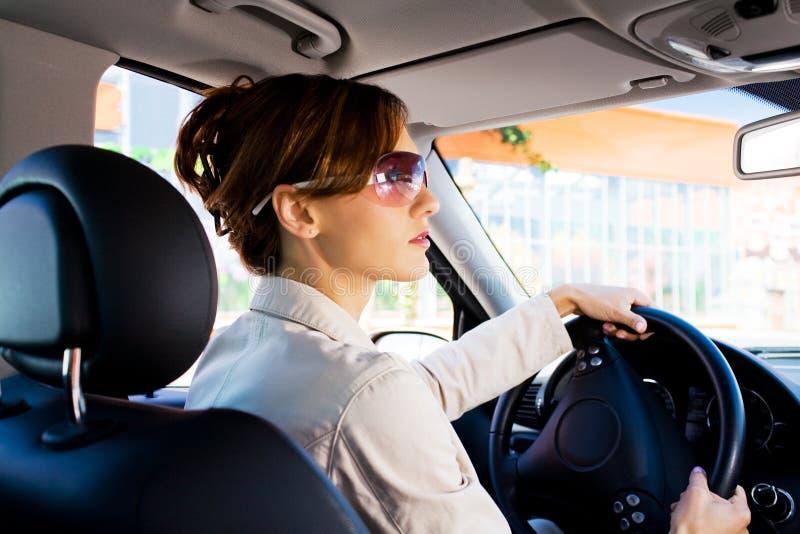 Młoda kobieta w samochodzie 2 zdjęcie stock