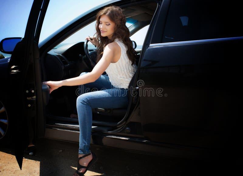 Młoda kobieta w samochodzie zdjęcia stock