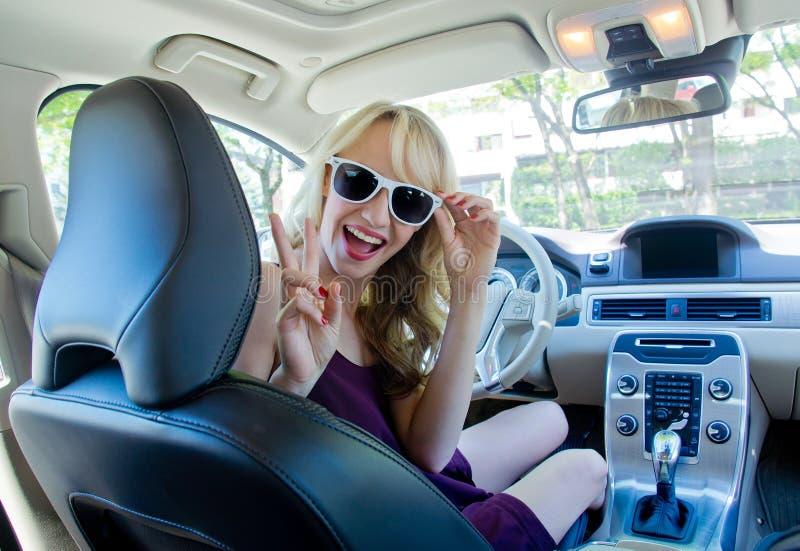 Młoda kobieta w samochodzie obrazy stock