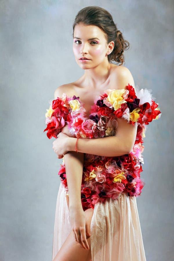 Młoda kobieta w sukni kwiaty obrazy royalty free