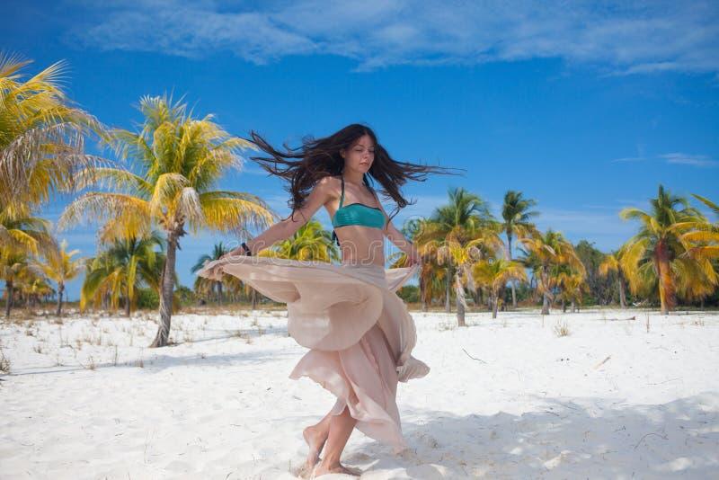 Młoda kobieta w swimsuit i spływanie omijamy, tanczący na Karaibskiej plaży fotografia stock