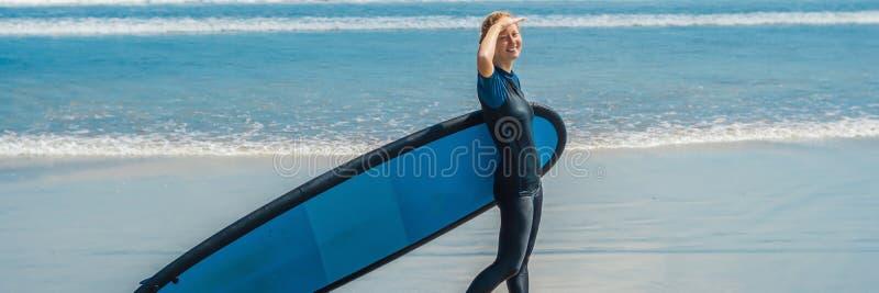 Młoda kobieta w swimsuit z kipielą dla beginners gotowych surfować Pozytywny emocja sztandar, DŁUGI format fotografia royalty free