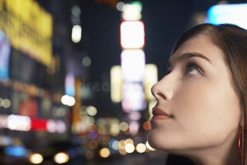 Młoda Kobieta W times square Nowy Jork Przy nocą obraz stock