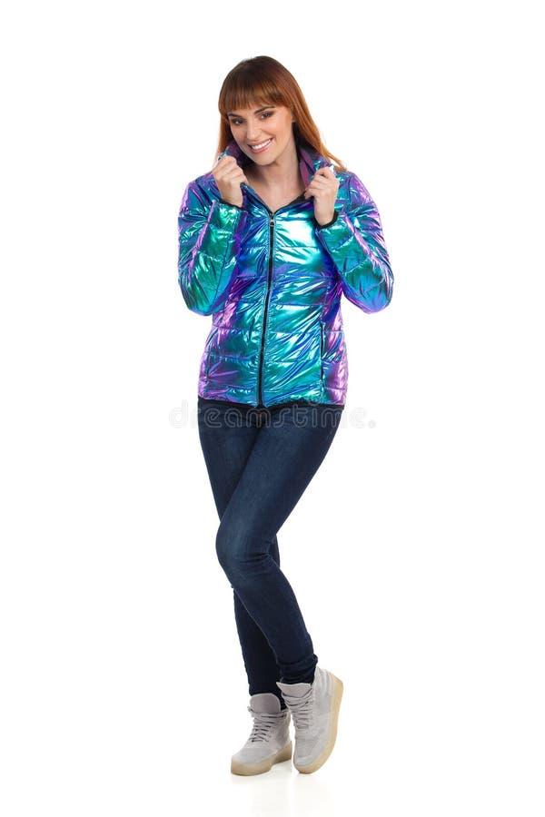 Młoda Kobieta W Wibrującej puszek kurtce Jest Uśmiechnięta I Patrzejąca kamerę zdjęcia stock
