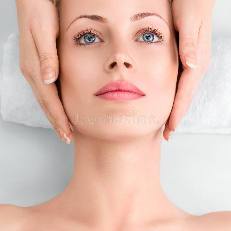 Młoda kobieta w zdroju dostaje twarzowego masaż zdjęcie stock