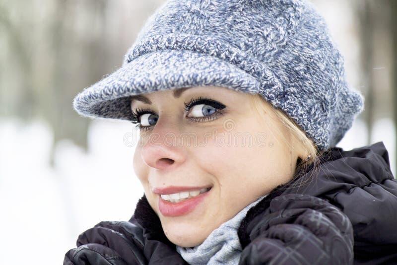 Młoda kobieta w zimnym dniu obrazy royalty free