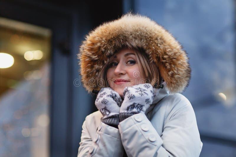 Młoda kobieta w zimy ulicie zdjęcie royalty free