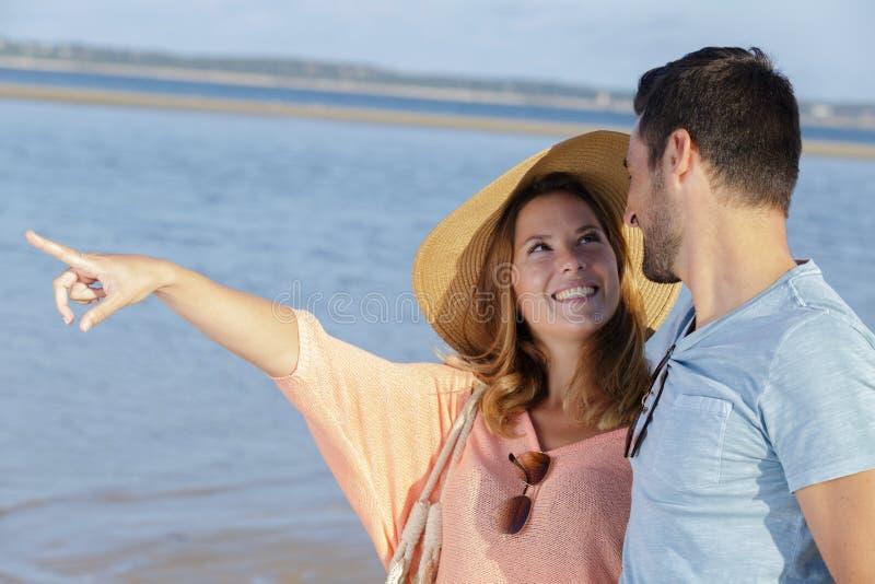 Młoda kobieta wskazuje morze zdjęcia royalty free