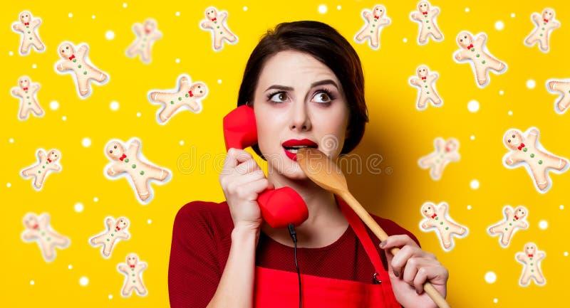 Młoda kobieta z łyżką i handset obrazy stock