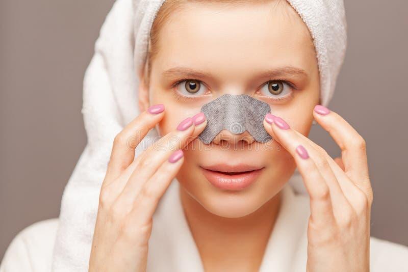 Młoda kobieta z świeżą zdrową skórą i włosami aplying lampas od czarnych kropek Kosmetologia, piękno i zdrój, charcica fotografia stock