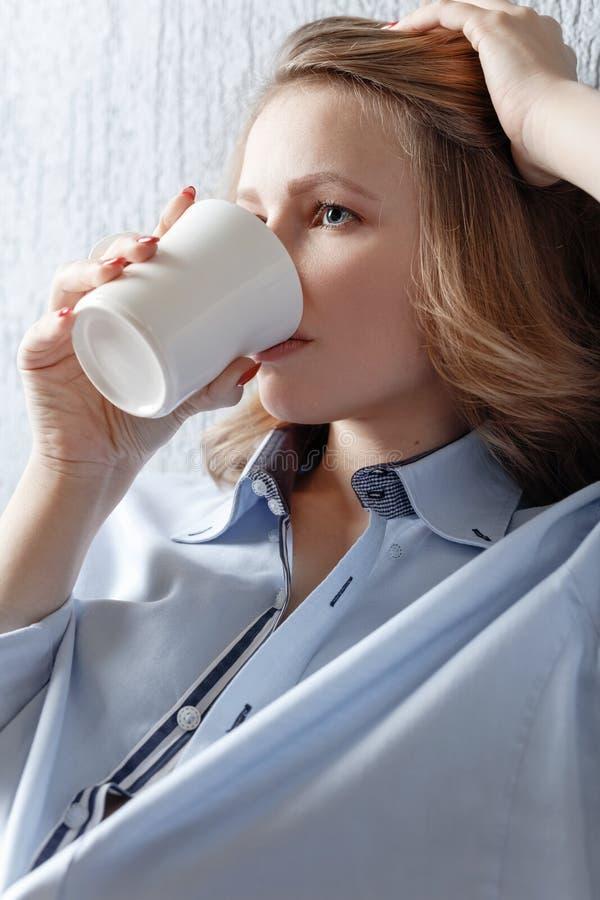 Młoda kobieta z białym kubkiem obrazy stock
