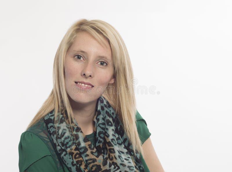 Młoda kobieta z blondynka włosy odizolowywającym na bielu obraz royalty free