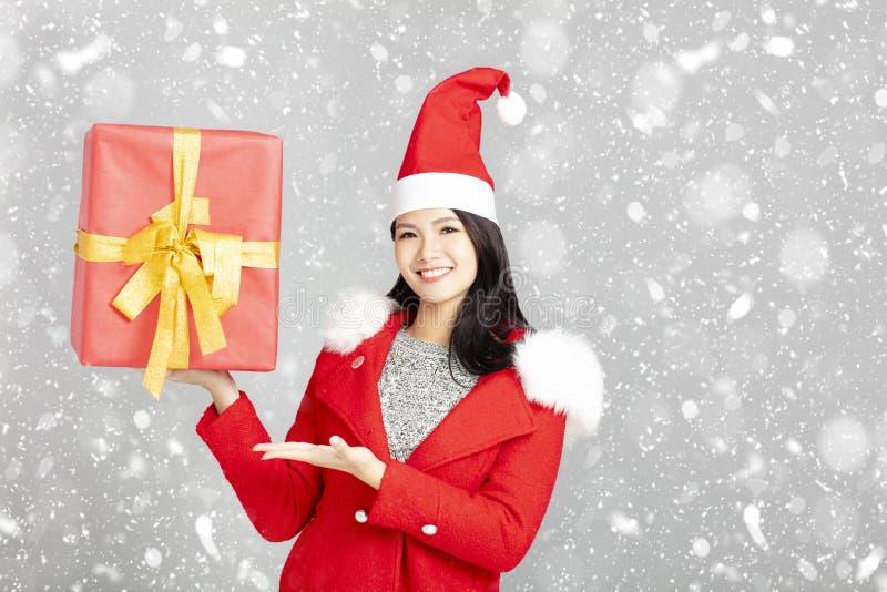 młoda kobieta z bożych narodzeń prezenta pudełkiem obraz stock